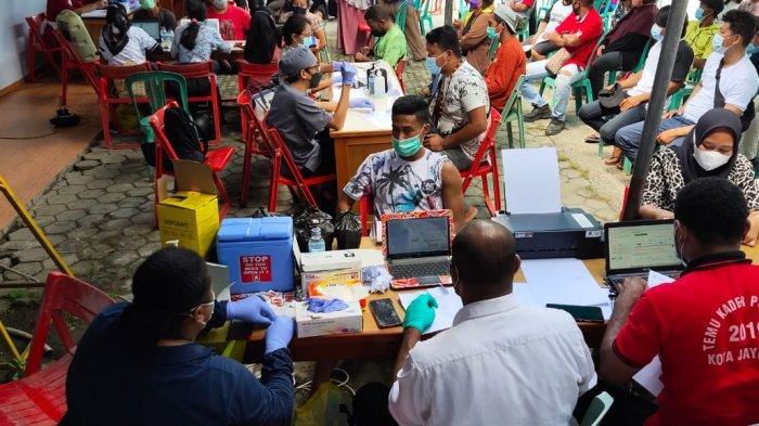 LAWAN COVID19 - Suasana vaksinasi massal Covid 19 di Kelurahan Vim Kora Raja, Distrik Abepura, Kota Jayapura, Papua, Selasa (6/7/2021).
