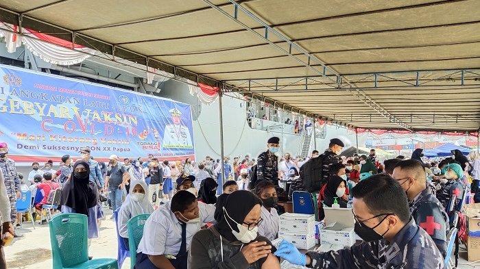 TNI AU Gelar Vaksinasi Massal di Jayapura, 2.000 Orang Pertama Mendapatkan Sembako