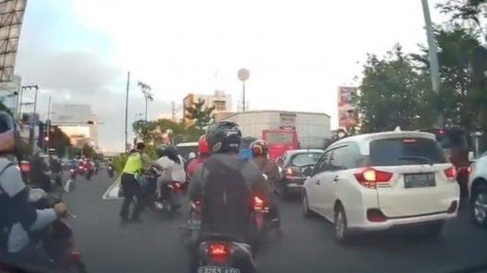 Viral Video Pengendara Motor Terjatuh saat Dihentikan Polantas di Lampu Merah, Ini Kata Polda Jateng