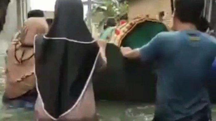 Viral Video Warga Terobos Banjir untuk Angkut Jenazah: Tidak Ada Transportasi Lain selain Perahu