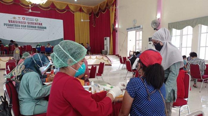 Berjuang Melawan Covid-19, Vaksinasi Serentak di Pesantren dan Rumah Ibadah di Papua Barat