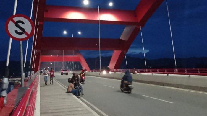 Warga berhenti di atas jembatan Youtefa, Jayapura, Papua, Sabtu (22/5/2021).