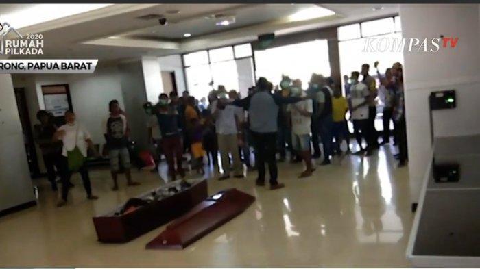 Tuntut Kasus Pengeroyokan Diusut Tuntas, Warga Gotong Jenazah Korban Masuk ke Kantor Walkot Sorong