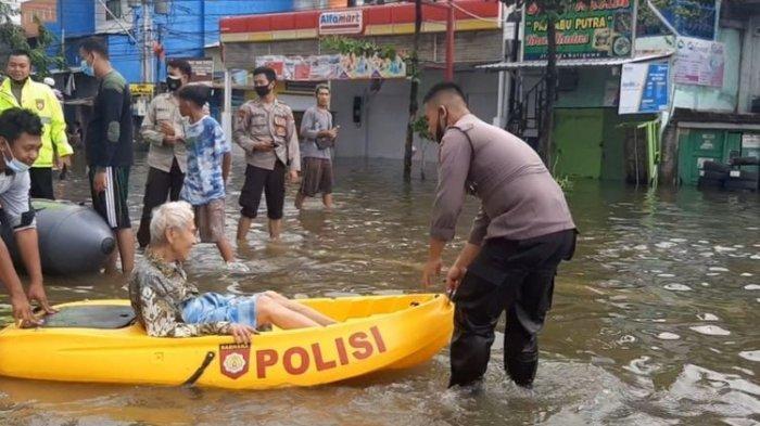 Warga lansia dievakuasi karena banjir di Tambakrejo, Kelurahan Gayamsari, Semarang, Minggu (7/2/2021)
