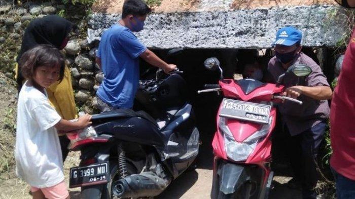 Viral Terowongan Sempit Setinggi 1 Meter di Brebes, Warga Rela Jalan Membungkuk Sambil Dorong Motor
