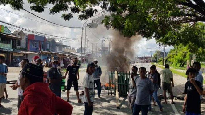 Warga memblokade jalan Jenderal Sudirman, tepatnya di Kompleks Pasar Bersama Kota Sorong, Papua Barat, Rabu (21/7/2021).