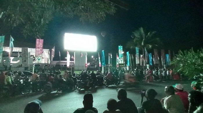 Ratusan Warga Papua Rela Duduk di Trotoar Demi Nobar Sepak Bola Papua Vs Aceh