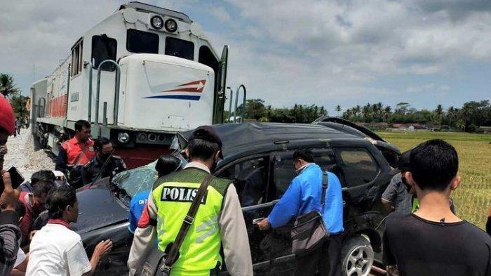 Tak Ada Palang Pintu, Mobil Tertabrak Kereta hingga Terseret 200 Meter di Malang, 3 Orang Tewas