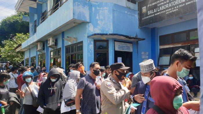 Minim Petugas Medis, Ratusan Warga Antre PCR Covid-19 di Labkesda Papua