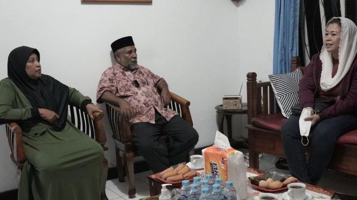 Yenny Wahid tengah bertanu ke rumah Thaha Alhamid, salah satu tokoh agama di Papua yang bersahabat dengan K. H. Abdurrahman Wahid, Jayapura, Papua, Kamis (30/9/2021).