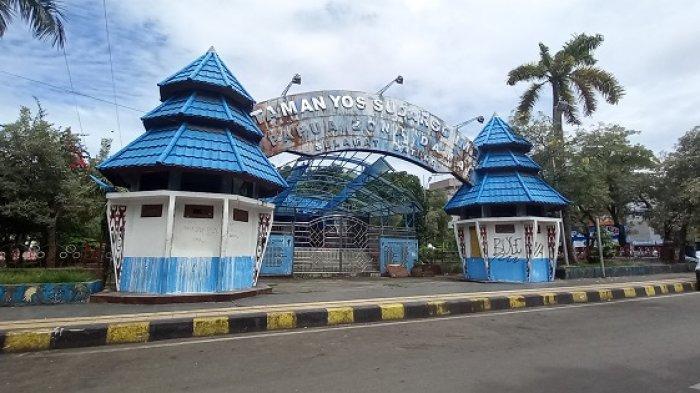 Gapura masuk ke Monumen Yos Sudarso di Taman Imbi Jayapura