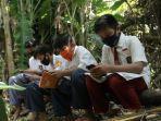 4-siswa-belajar-di-sarang-ular.jpg