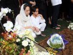 artis-bunga-citra-lestari-berdoa-di-depan-makam-suaminya-almarhum-ashraf-sinclair.jpg