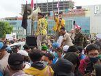 demonstrasi-menolak-omnibus-law-uu-cipta-kerja-di-alun-alun-purwokerto.jpg