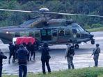 evakuasi-jenazah-kabinda-papua-brigjen-tni-i-gusti-putu-danny-nugraha-dari-lapangan-terbang-beoga.jpg