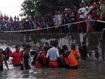 evakuasi-korban-tenggelam-di-underpass-kulur.jpg