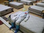 foto-seorang-dokter-di-wuchang-yang-berbaring-dengan-pakaian-pelindung.jpg
