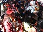 gubernur-jawa-timur-khofifah-indar-parawansa-menyalami-pengungsi-wamena-papua-asal-jawa-timur.jpg