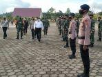 gubernur-papua-barat-dan-forkopimda-apel-gelar-pasukan-operasi-ketupat.jpg