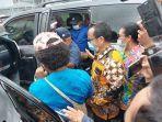 gubernur-papua-lukas-enembe-saat-dikawal-masuk-ke-mobil-di-plbn-skouw.jpg