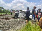 kecelakaan-maut-terjadi-antara-kereta-api-barang-dan-mobil-toyota-avanza-b.jpg