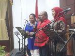 khofifah-ajak-gubernur-papua-dan-isterinya-menyanyikan-lagu-lagu-papua.jpg