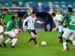 lionel-messi-mendapat-hadangan-dari-pemain-bolivia-pada-laga-terakhir-grup-a-copa-america-2021.jpg
