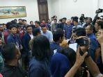 mahasiswa-saat-bernegosiasi-dengan-bakesbang-provinsi-jatim.jpg