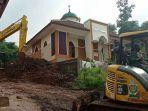 masjid-an-nur-di-desa-cihanjuang-tetap-kokoh-berdiri-di-tengah-puing-bangunan-rumah.jpg