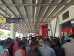 massa-yang-menutup-pintu-keluar-bandara-wamena.jpg