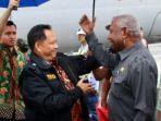 mendagri-tito-karnavian-dapat-sambutan-hangat-dari-gubernur-papua-barat.jpg