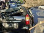 mobil-toyota-avanza-milik-sanjaya-tertimpa-pohon-tumbang-di-traffic-light-di-jalan-raya.jpg