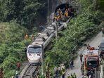 para-penumpang-dibantu-turun-dari-kereta-api-yang-tergelincir-di-hualien-taiwan.jpg