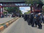 pasukan-brimob-tengah-berjaga-di-depan-uncen-yang-tengah-diduduki-oleh-aliansi-mahasiswa-papua.jpg