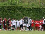 pelatih-asal-brasil-jacksen-f-tiago-sedang-memberi-arahan-pada-pemain-persipura-jayapura.jpg