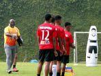 pelatih-persipura-jayapura-jacksen-f-tiago-saat-memimpin-training-center-tc.jpg