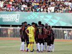 pemain-papua-saat-melawan-aceh-pada-final-sepak-bola-putra-pon-xx-papua-2021.jpg