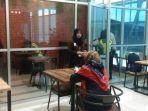 pengunjung-bandara-deo-sorong-papua-barat-memanfatkan-wifi-gratis.jpg