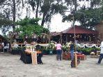 pengunjung-kafe-soetijah-beach-di-pantai-holtekamp-distrik-muaratami-kota-jayapura.jpg