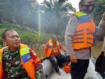 petugas-bmelakukan-pencarian-rg-di-sungai-gampong-alue-gadeng.jpg