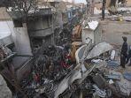 petugas-keamanan-membantu-pencarian-jasad-korban-dalam-puing-puing-reruntuhan.jpg