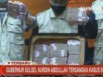petugas-kpk-menunjukkan-barang-bukti-kasus-suap-yang-diterima-gubernur-sulawesi-selatan-sulsel.jpg