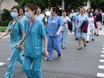 petugas-medis-menyeberang-menuju-gedung-national-centre-for-infectious-diseases.jpg