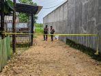 polisi-berjaga-di-tkp-pembunuhan-satu-anggota-keluarga-di-padepokan-seni-ongkojoyo.jpg