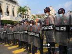 polisi-blokir-jalan-saat-demo-di-myanmar.jpg