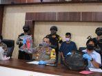 polisi-menunjukkan-tersangka-dan-barang-bukti-pembunuhan-balita.jpg