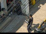 polisi-myanmar-menodongkan-senjatanya-kepada-demonstran.jpg