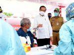 presiden-joko-widodo-menyapa-salah-seorang-peserta-vaksinasi-massal-f.jpg