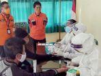 proses-rapid-test-yang-dilakukan-pada-pekerja-dari-papua-dan-pekerja-migran-dari-malaysia.jpg