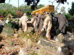 prosesi-pemakaman-jenazah-covid-19-di-kota-blitar-senin-2862021.jpg